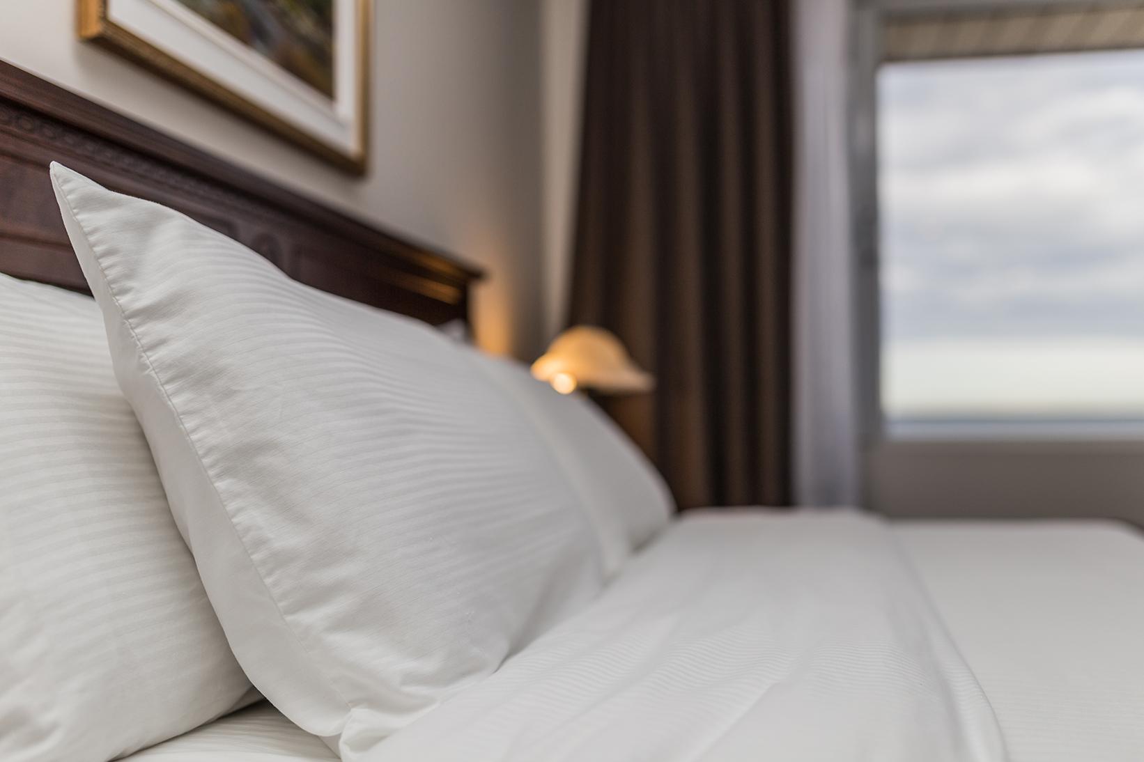 Suite avec lit king et salon privé | Hôtel Rimouski